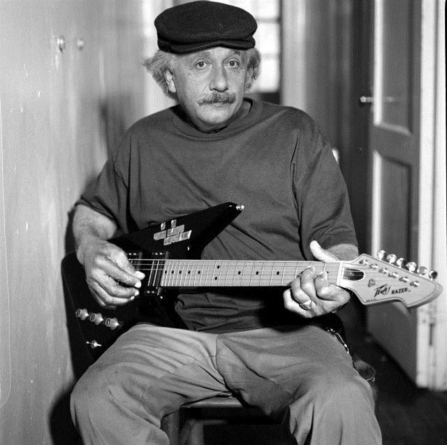 Einstein con una guitarra eléctrica