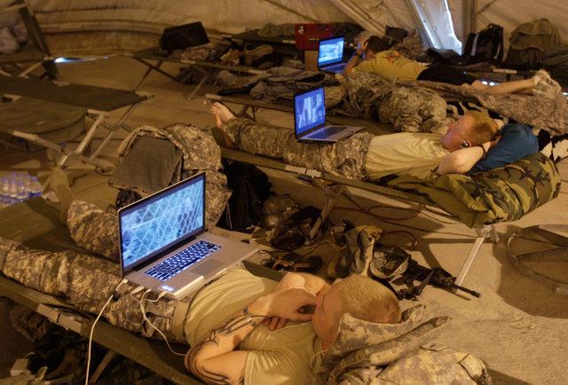 Soldados mirando TV en sus portátiles