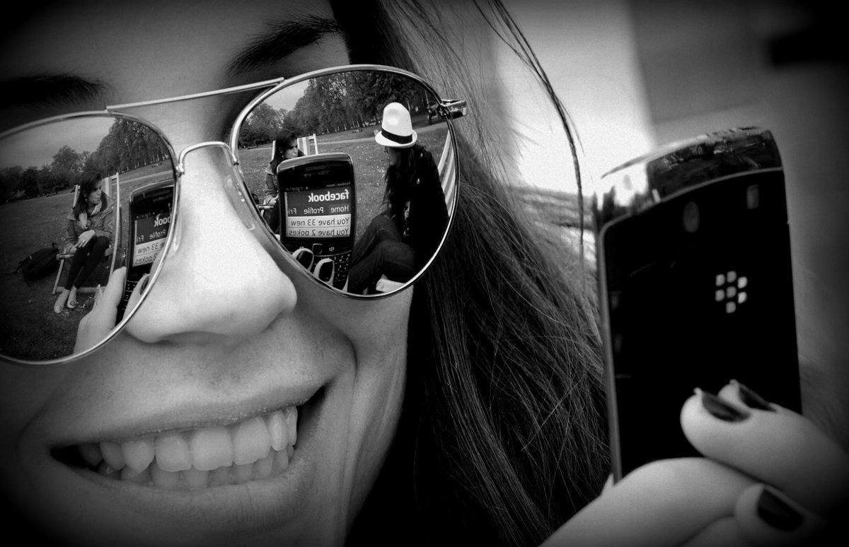 chica-usando-blackberry