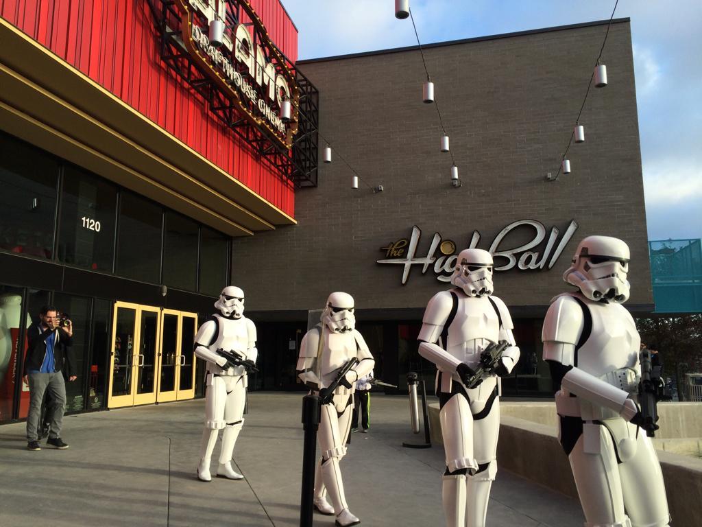 Los Stormtroopers ya están apareciendo en los cines donde se muestra el tease trailer. Alto Hype (vía La Cosa Cine