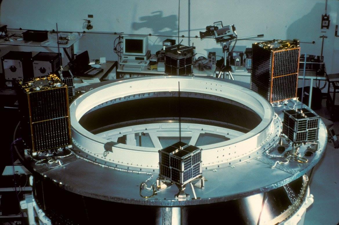 Los 4 Microsats y los 2 UoSats en el modulo de adaptacion donde ira colocada la carga principal, el satelite Spot-2. El LUSAT-1 es el que esta abajo al centro.de la imagen.