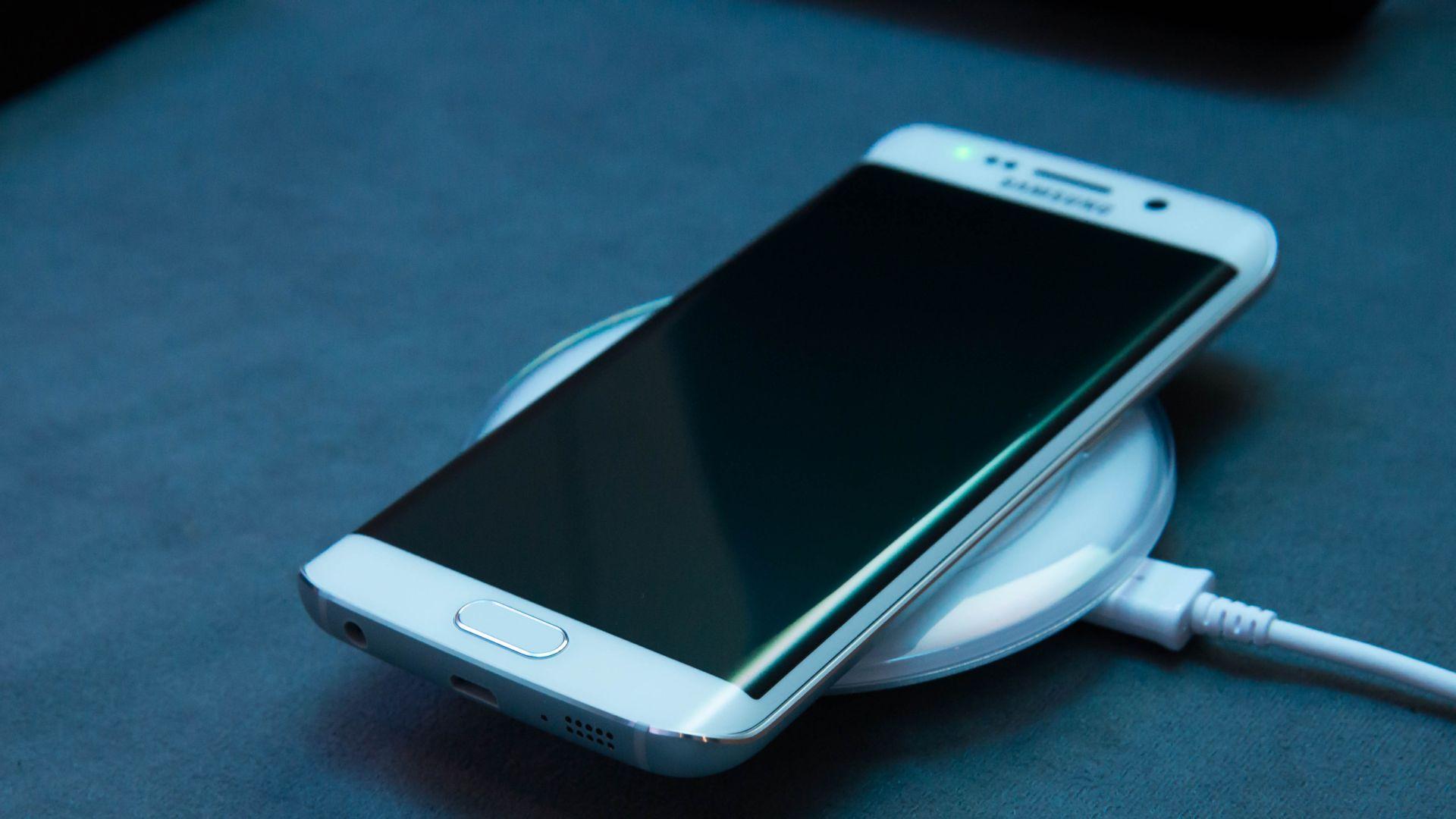 No es 1995. Estamos en el Siglo XXI. Donde los Smartphones se cargan de manera inalámbrica.