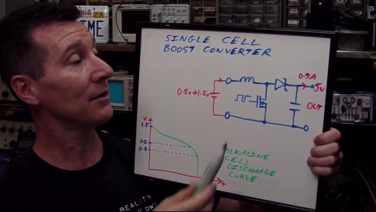 Dave explicando cómo funciona un elevador de tensión de CC a CC.