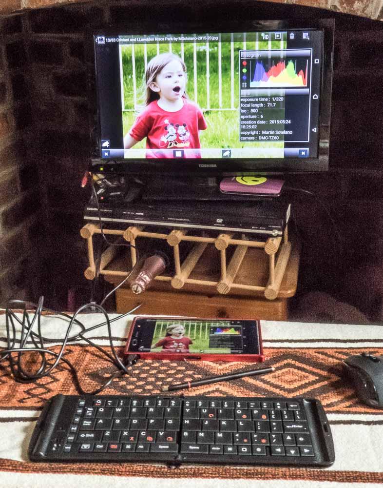 Editando fotos con Raw Vision. Ventaja adicional: como el Xperia esta conectado al TV se puede utilizar el mobil como tableta, incluso con un lapiz.