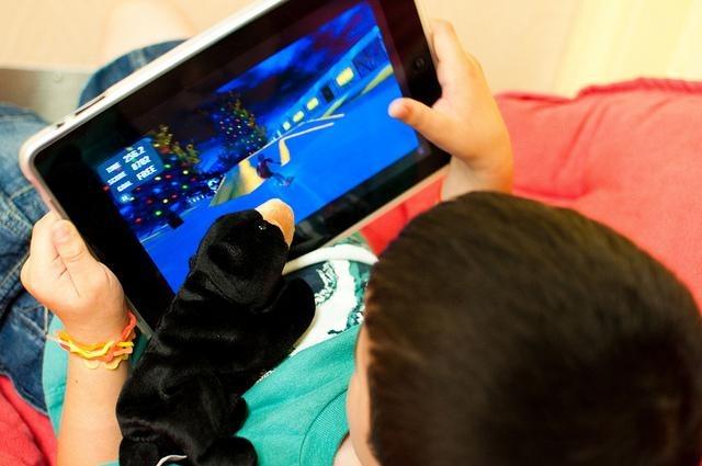 Niño jugando iPad
