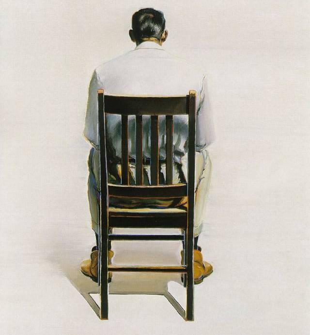 Hombre sentado de espalda
